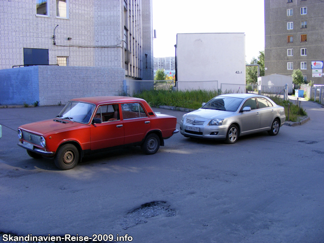 Altes und neues Auto in Murmansk